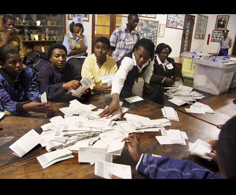 Contagem de Votos no Zimbabué (EPA/STR)