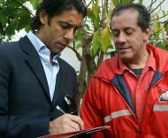 Rui Costa dá um autógrafo a um bombeiro