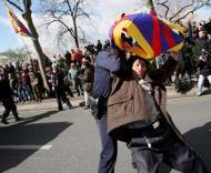 Chama olímpica: protestos em Paris (Foto Lucas Dolega/EPA)